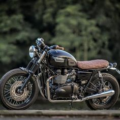 The British manufacturer, Triumph Motorcycle, introduced the latest addition to their scrambler motorbike lineup. Triumph presents the Scrambler 1200 with this Triumph Cafe Racer, Triumph Scrambler, Triumph Bonneville T100, Scrambler Motorcycle, Triumph Motorcycles, Cafe Racers, Motorcycle Gear, Blitz Motorcycles, Cool Motorcycles