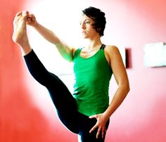 """PERFILA MUSLOS CON LA ASANA DE EQUILIBRIO """"EL ALA"""" (UTTHITA HASTA PADANGUSTHASANA A) Esta asana de hatha yoga es muy potente por cuanto implica sostener el peso de la pierna. Tonifica y perfila la pierna de apoyo. También estira la caraposterior de la pierna elevada y la musculatura situada entre los omóplatos.   www.unrespiro.es Técnicas de desarrollo y evolución personal on line (yoga, meditación, relajación, pranayama, tai chi, pilates, PNL, mindfulness, coach y mucho más)"""