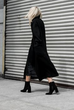 Nothing shouts sophisticated chic so much as a black maxi coat! Wearing this look with chunky ankle boots will afford you a striking and elegant overall style; Via Figtny Outfit: Topshop. 70s Fashion, Korean Fashion, Fashion Dresses, Winter Fashion, Fashion Hacks, Back To Black, Maxi Coat, Coat Dress, New Street Style