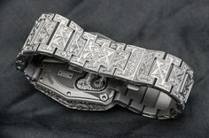 Hands-On with the URWERK Amadeus UR-210 is now live. The engravings alone took Florian Güllert over 260 hours to create.
