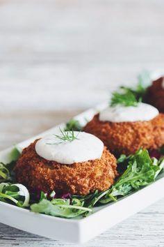 vegan crabless cakes made with artichokes & horseradish dill tartar sauce Vegan Crab, Vegan Fish, Sauce Recipes, Seafood Recipes, Vegetarian Recipes, Copycat Recipes, Whole Food Recipes, Cooking Recipes, Vegan Appetizers