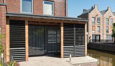 Mooie veranda met handgemaakte shutters / jaloezieën. Bekijk voor meer foto's onze website www.buitenpracht-houtbouw.nl . Wellicht kunnen we voor u ook iets betekenen. Graag tot ziens! #shutters #veranda #jaloezieën # handmade #hout #wood #overkapping #buitenleven