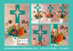 Centros de mesa con cruz y alfajores decorados