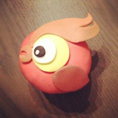 Pirate theme: parrot cupcake! #cupcakes #pirate #parrot #cute #nomnomfactory