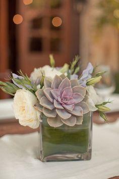 Arranjos florais para casamento: Como as suculentas, normalmente, têm tons escuros, o ideal é combiná-las com outras flores, para acentuar seu destaque.: