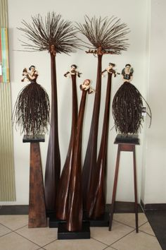 Audrey Rudnick's sculpted Pod People and Skirt People made from leaves and strands of palm trees - Patent Palm Tree Crafts, Palm Tree Art, Palm Trees, Palm Frond Art, Palm Fronds, Above Ground Garden, Coconut Leaves, African Art Paintings, Rustic Crafts