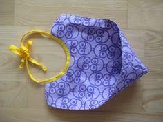 Kahr Kreation: DIY hagesmæk i voksdug Sewing For Kids, Baby Sewing, Diy For Kids, Baby Gym, Baby Slippers, Baby Hacks, Diy Baby, Baby Bibs, Diy Gifts
