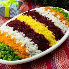 Salată rusească Șubă – o rețetă deosebit de aspectoasă, rapidă și demnă sa stea pe masa de sărbătoare! - savuros.info Salad Design, Iranian Cuisine, Food Presentation, Main Meals, Dips, Food And Drink, Health Fitness, Vegan, Cooking