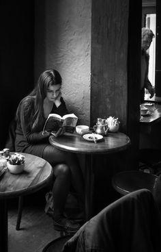 Trendy Black And White Photography Books Reading Book Photography, Street Photography, Portrait Photography, Thomas Bernhard, Coffee Girl, Book Aesthetic, Woman Reading, Foto Pose, Black And White Pictures