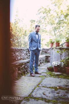 Guapísimo novio con traje gris de Hugo Boss y pajarita {Foto, Sara Frost · Love & Happiness} #novio #groom #tendenciasdebodas