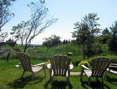 Gîte du Phare - Rimouski www.tourisme-rimouski.org Outdoor Chairs, Outdoor Furniture, Outdoor Decor, Home Decor, Lighthouse, Tourism, Homemade Home Decor, Garden Chairs, Decoration Home