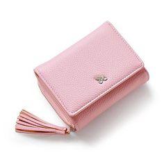 Ce portefeuille est idéal et pratique pour ranger toutes vos cartes ainsi que votre monnaie. Ce produit est Tendance avec son design effet cuir.