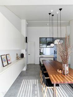 [BY 리빙센스] 흔한 TV와 소파가 있는 거실이 아니다. TV 대신 책장을 들이고 앉거나 누울 수 있는 데이... Apartment Layout, Apartment Interior, Home Living Room, Interior Design Living Room, Interior Decorating, Dining Lighting, Dining Room Inspiration, Minimalist Home, Home Fashion