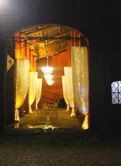 Corte Dei Paduli - wedding location, b&b - Reggio Emilia, Italy. Allestimento luminoso del portico della barchessa.