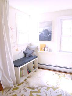 Leseecke im Kinderzimmer teppich weiße gardinen bank kissen