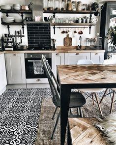 Wzorzysta mozaika na podłodze w kuchni i jadalni - Lovingit.pl