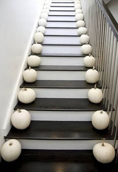 White pumpkins make for a simple & elegant fall staircase decor Halloween Elegante, Chic Halloween Decor, Holidays Halloween, Happy Halloween, Halloween Decorations, Halloween Party, Halloween Design, Spooky Halloween, Halloween Pumpkins