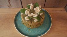 Japanse matcha taart gevuld met room en lychees