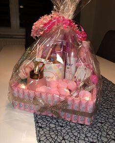 Cute Birthday Gift, Birthday Gift Baskets, Birthday Gifts For Teens, Christmas Gift Baskets, Happy Birthday Gifts, Birthday Gifts For Best Friend, Diy Birthday, Homemade Gifts, Diy Gifts
