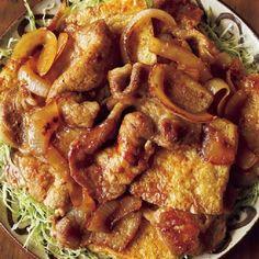 """これは大発明だと思うんです。豚のしょうが焼きの""""豚肉""""のかわりに、油揚げを使うなんて。「油揚げは肉のかわりになんてならないもん!」と、肉好きさんからは怒られてし... Home Recipes, Asian Recipes, Dinner Recipes, Japanese Food Dishes, Junk Food, Chicken Wings, Bacon, Sausage, Pork"""