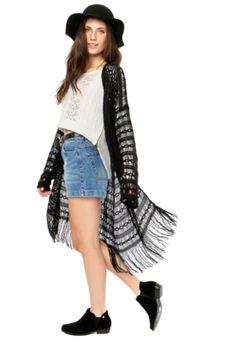 Kimono DAFITI JOY Tricô Preto, modelagem reta, mangas longas e detalhe em franjas.Confeccionado em tecido plano 100% acrílico.Medidas: Ombro: 34cm/ Manga: 62cm/ Busto: 146cm/ Comprimento: 80cm/ Tamanho: P.  Medidas da Modelo: Altura: 1,72m / Busto: 88cm / Cintura: 63cm / Quadril: 89cm.
