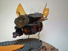 Kunstenaar: Maria Roelofsen Materialen: Metalen, Lijm, Hitte Gebruikte technieken: Met behulp van hitte het aan elkaar smelten