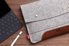 """The Hampshire for your iPad Pro 9.7 - Custom made for your iPad Pro 9.7"""" + Apple Smart Keyboard - High quality materials: 100% pure Merino Wool felt (Made in Germany) Grip pad made from finest italian vegetable tanned leather - Apple Pencil holder - Ultra thin magnatic closures This tablet case for your Apple iPad Pro 9.7 with the Apple Smart Keyboard comes in a stylish way and also protects your tablet from scratches and bumps and fits like a glove. You can easily grap the iPad as there…"""