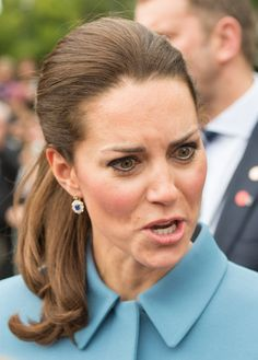 Yes, she is royal, but that does not mean Kate Middleton is immune to the wind. Here are 23 wonderfully unroyal photos of our favorite Duchess. Estilo Kate Middleton, Kate Middleton Outfits, Pippa Middleton, Kate Middleton Makeup, Cute Faces, Funny Faces, Scary Faces, Princesse Kate Middleton, Kate And Pippa
