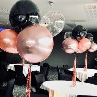 Rose gold and black balloon table centrepieces - Table Settings Balloon Table Centerpieces, Rose Gold Centerpiece, Black Centerpieces, Black Party Decorations, 40th Birthday Decorations, Centrepieces, Rose Gold Table, Rose Gold Decor, Rose Gold Balloons