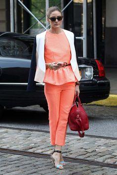 Olivia Palermo. Total look salmón flúor compuesto por unos pantalones y un top con peplum. Chaqueta bicolor, bowling bag rojo de Sofia Coppola para Louis Vuitton y sandalias con tiras azules.