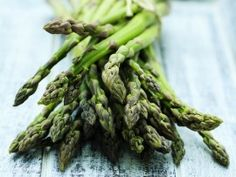 Pizza, guac and more! 8 ways to get creative with asparagus Spring Recipes, Easter Recipes, Brunch Recipes, Appetizer Recipes, Appetizers, Breakfast Recipes, Health Benefits Of Asparagus, Vegetarian Recipes, Cooking Recipes