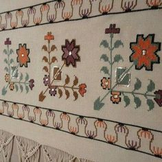 This Pin was discovered by Ker Wool Embroidery, Embroidery Patterns Free, Cross Stitch Embroidery, Machine Embroidery Designs, Cross Stitch Patterns, Tapete Floral, Palestinian Embroidery, Bargello, Applique Quilts