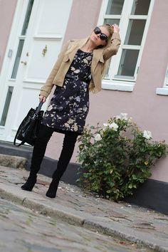 den lyserøde væg Randers dejligt kvarter fine små farvede huse dagens outfit Inwear kjole over the knee boots Amy Dyrholm blog familiemenneske lader op Asos