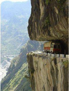 La route étonnante de Shimla à l'Himalaya, parmi les plus anciennes de la planète ( 206 avant JC)  était partie intégrante des célèbres Routes de la Soie, reliant l'Asie centrale à l'Asie du Sud, pour créer un pont entre les pays culturellement et religieusement divers de l'Inde, la Chine, l'Afghanistan, le Népal et le Bhoutan.