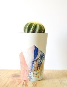 Spray Paint Marbled Planters by: Vintage Revivals Diy Holiday Gifts, Diy Gifts, Christmas Diy, Classy Christmas, Diy Projects To Try, Craft Projects, Space Projects, Diy Spray Paint, Idee Diy