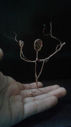 pé de homem. escultura em fios de cobre.