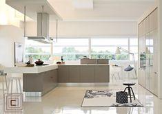 Cozinha com tom Off White o MDF Hunter Masisa se destaca no meio de cores claras e brilhantes.