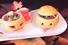 Vegetarische Rezepte: Bittersüße Grapefruit-Köpfchen Die Grapefruits werden im oberen drittel aufgeschnitten und ausgehöhlt (Achtung: Spritzgefahr!). Den Grapefruitschalen ein Gesicht einritzen. Das Grapefruitfleisch in kleine Stücke schneiden und zusammen mit Trauben, Apfelstückchen und Kiwistücken in die ausgehöhlte Grapefruit geben. Für den Obstsalat könnt ihr natürlich auch jede anderen Obstsorten benutzen.