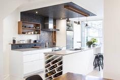 Фрагмент потолка над рабочей зоной, являющийся продолжением кухонного фартука черного цвета