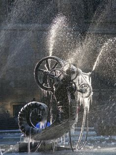 Gewoon een mooie foto van een bevroren fontein. Place Igor-Stravinsky bij het Centre Pompidou