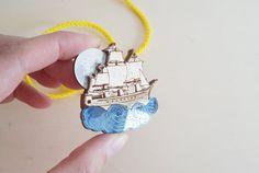 Broche de navire Pirate au clair de lune par kateslittlestore
