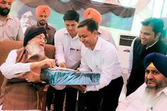 Punjab Chief Minister Mr. Parkash Singh Badal interacting with the members of the special team deputed by the Chhattisgarh Chief Minister on a visit to state for studying the model of Sangat Darshan program at Kalanaur (Gurdaspur) on Thursday. #AkaliDal #ProgressivePunjab #SangatDarshan #ParkashSinghBadal
