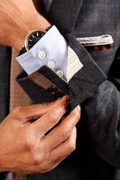 Al hacer tu saco, pídele al sastre que botonadura sea abierta. no simulada.