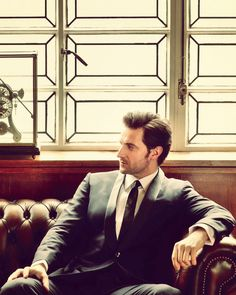 Richard Armitage looking quite classy in that there suit.