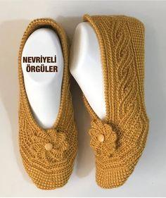 Knit Slippers Free Pattern, Knitted Slippers, Tunisian Crochet, Knit Crochet, Afghan Stitch, Crochet Shoes, Knit Fashion, Baby Knitting Patterns, Knitting Socks