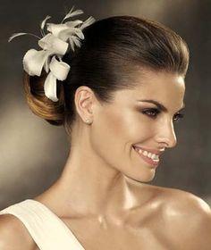 Distinguido tocado de novia de formas sinuosas adornado con volátiles plumas/ SANDRA & VERONICA WEDDING PLANNERS