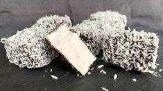 Dette juleskummet er en blanding av marshmallows og tradisjonelle kokosboller. De er søte, luftige og de smelter på tungen. Christmas Truffles, Christmas Treats, Modeling Chocolate Recipes, Norwegian Christmas, Something Sweet, Let Them Eat Cake, Feta, Marshmallows, Food And Drink