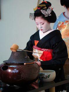 Japanese Food - Japan Talk Tea Ceremony Japan, Japanese Tea Ceremony, Kyoto, Tea Japan, Japanese Street Food, Japanese Food, Japan Guide, Memoirs Of A Geisha, Japanese Geisha