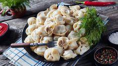 Ezzel a tuti orosz töltött tésztával garantáltan elbűvölheted a vendégeidet. Olyan intenzíven krémesen-húsos és pikáns szibériai ízvilágot varázsolhatsz az asztalra, amire mindenki elismeréssel fog bó Ravioli, Garlic, Soup, Meat, Chicken, Vegetables, Ethnic Recipes, Vegetable Recipes, Soups