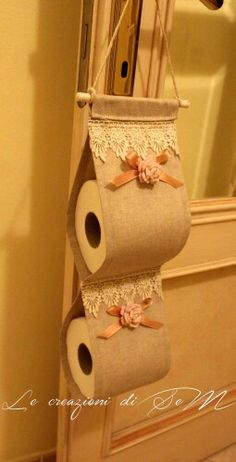 Portarotoli da bagno. Le creazioni di SeM Home Crafts, Diy And Crafts, Arts And Crafts, Crochet Projects, Sewing Projects, Projects To Try, Fabric Crafts, Sewing Crafts, Toilet Paper Roll Holder
